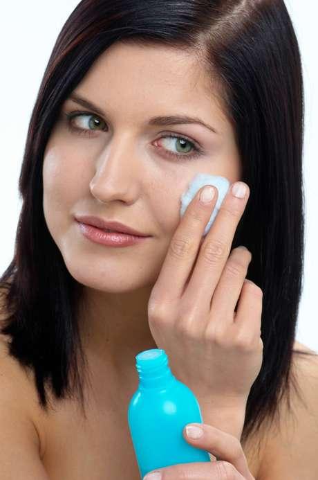 Leite de magnésia, em contato com a cútis, age na redução das manchas, promovendo o clareamento dos melasmas