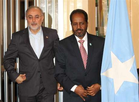 Somalia's President Hassan Sheikh Mohamud (R) and Iranian Foreign Minister Ali Akbar Salehi pose for photographs before addressing a joint news conference in Mogadishu November 14, 2012.