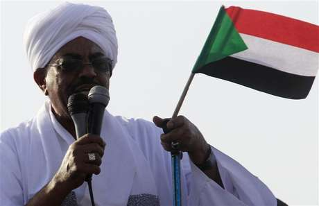 Sudan's President Omar Hassan al-Bashir addresses the crowd after arriving at Khartoum Airport September 28, 2012.