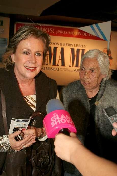 <p>Doña Eva Mange y Laura Zapata hablan de Thalía y sus hermanas</p>