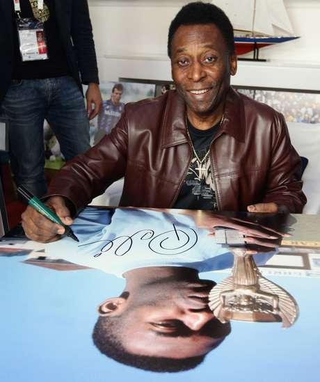 Pelé abandonó el nosocómio en Sao Paulo, tras la operacíon a la que fue sometido