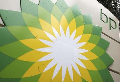 El logotipo de la petrolera británica British Petroleum se ve en una gasolinera en Washington, en octubre de 2007. BP llegó a un acuerdo judicial con agencias de Estados Unidos por el derrame petrolero de hace dos años en el Golfo de México, se anunció el jueves 15 de noviembre de 2012.  (Foto/Charles Dharapak, Archivo)
