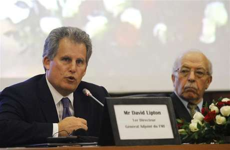 David Lipton (L), first deputy managing director of the International Monetary Fund (IMF), and Governor of the Central Bank of Tunisia Chedly Ayari, attend a news conference in Tunis November 14, 2012.