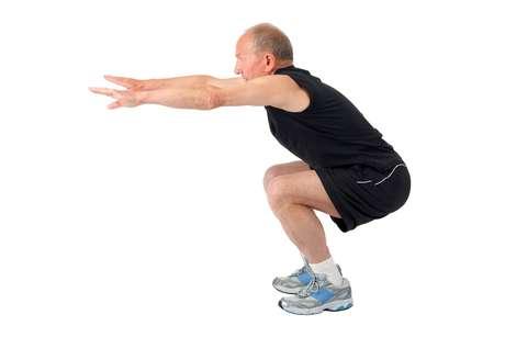 Em casa, comece com três séries de 15 repetições de agachamento com saltos. Para praticar o exercício, agache e salte. Na queda, amorteça com os calcanhares bem apoiados e flexionando os joelhos. Nunca caia com as pernas totalmente esticadas