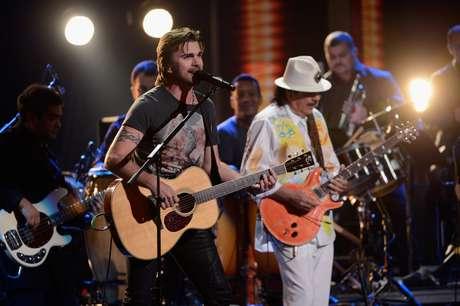 Juanes junto a Santana interpretando 'Fíjate bien'.