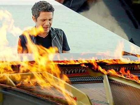 """""""Vengo del aire que te secaba a ti la piel mi amor / Yo soy la calle dénde te lo encontraste a él"""" canta Alejandro en su piano que se encuentra en llamas en el clip."""