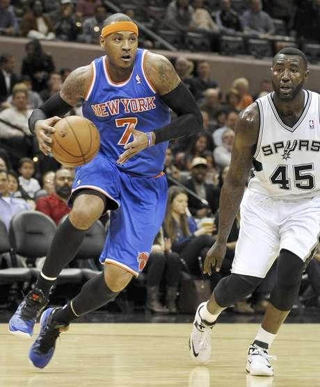 Carmelo Anthony, a la izquierda, de los Knicks de Nueva York, conduce el balón ante DeJuan Blair de los Spurs de San Antonio durante el primer medio del partido del jueves 15 de noviembre de 2012, en San Antonio.
