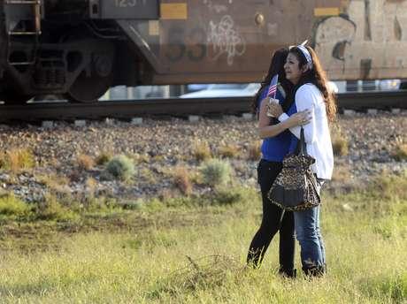 Al menos cuatro personas murieron y 17 más resultaron heridas después de que un tren chocase con una carroza en un desfile de homenaje a veteranos de guerra heridos en Midland, en el oeste de Texas, informaron las autoridades.