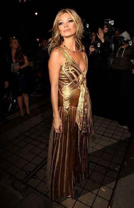 """Kate Moss lució adoradisima en la presentación de su libro, """"The Kate Moss Book."""" La modelo usó un atuendo en dorado que la hizo ser la estrella más brillante de la noche. El libro tiene como tema principal, la moda y es uno de los más esperados del año. ¿Qué les pareció el look de Kate?"""