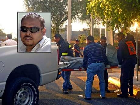 Forenses recogen el cuerpo del periodista Adrián Silva Moreno (recuadro), quien fue asesinado a balazos en el central estado de Puebla.