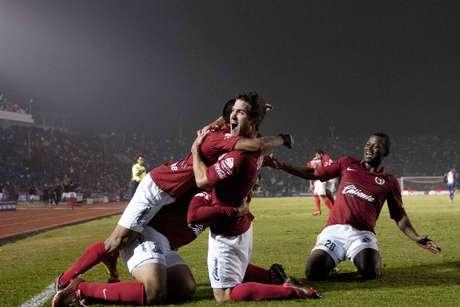 Los jugadores de Xolos abrazan a Gregory Garza, quien entró de cambio y le dio el triunfo a los 'fronterizos'.