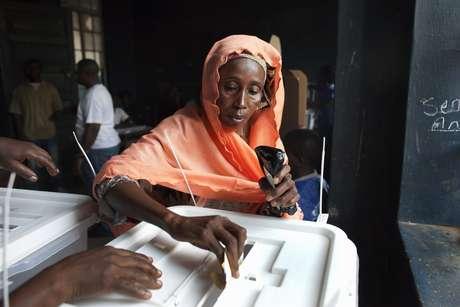 Sierra Leona acudió este sábado a las urnas para votar al presidente, los diputados y sus representantes locales durante una jornada electoral que transcurrió sin incidentes violentos, pero que estuvo marcada por una cierta desorganización.