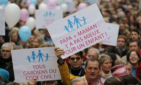 Más de 100.000 personas se manifestaron este sábado en varias ciudades de Francia para denunciar el proyecto de ley del gobierno socialista de autorizar el matrimonio y la adopción a los homosexuales, según cifras oficiales obtenidas por AFP.