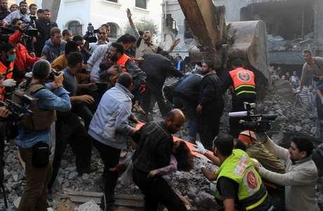 En otros ataques murieron un hombre en Chejaiya, un barrio del este de la Gaza, y otros dos en Jabalia, en el norte del territorio palestino, precisaron los servicios de ambulancias de Gaza.