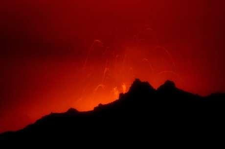 El Reventador, de 3.485 metros de altitud, generó en noviembre de 2002 una gran explosión y lanzó al aire millones de toneladas de ceniza que, por efecto del viento, llegaron hasta Quito, ciudad que se tiñó con un manto grueso de ese material.