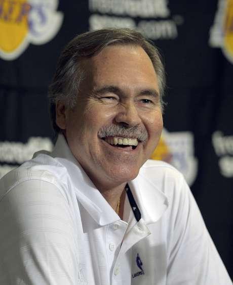 Mike D'Antoni, entrenador de los Lakers de Los Angeles, sonríe durante una conferencia de prensa antes de su partido frente a los Rockets de Houston, el domingo 18 de noviembre de 2012, en Los Angeles.