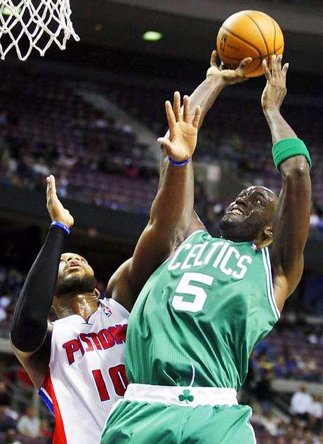 Celtics vs. Pistons: Kevin Garnett (5) lanza el balón ante la marca de  Greg Monroe. Detroit venció 103-83 a Boston para sumar su primer triunfo en casa y segundo en la temporada.