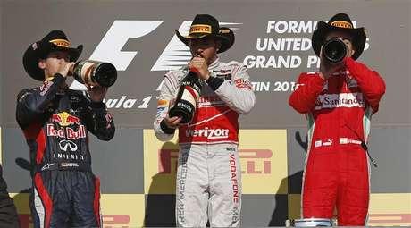 O inglês Lewis Hamilton, da McLaren, o alemão Sebastian Vettel (E), da Red Bull e o espanhol Fernando Alonso, da Ferrari bebem champagne após o Grande Prêmio de F1 em Austin, Texas. A Red Bull comemorou no Grande Prêmio dos EUA a conquista do tricampeonato consecutivo de construtores da Fórmula 1, no domingo, apesar de outro tricampeonato ter ficado na espera, o de Sebastian Vettel. 18/11/2012