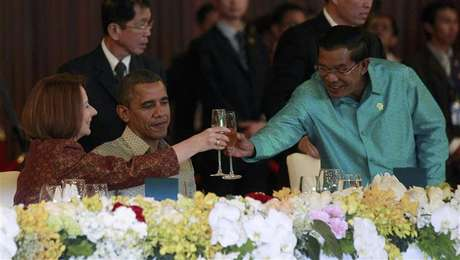 U.S. President Barack Obama watches on as Cambodia's Prime Minister Hun Sen toasts with Australian Prime Minister Julia Gillard at an East Asia Summit dinner in Phnom Penh, November 19, 2012.
