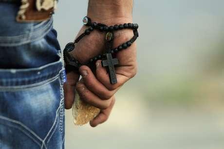 Un manifestante palestino lleva en su mano una piedra y un rosario durante los enfrentamientos con los militares israelíes en Gaza para protestar contra la ocupación terrotorial del ejército judío