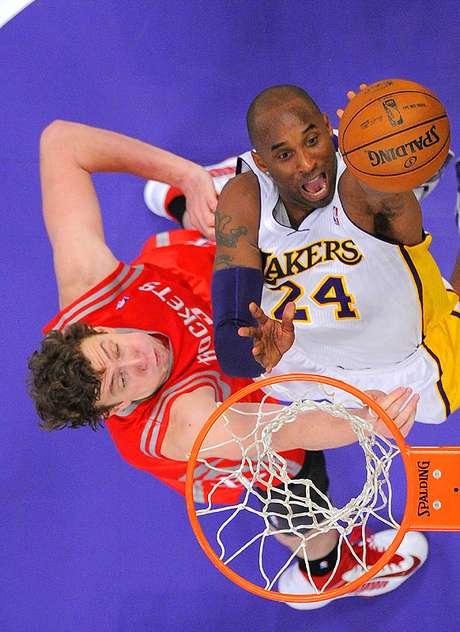 Rockets vs. Lakers: Kobe Bryant busca encestar el balón ante la marca de Omer Asik. Los Ángeles venció 119-108 a Houston en la noche que Pau Gasol llegó a los 15 mil puntos en la NBA