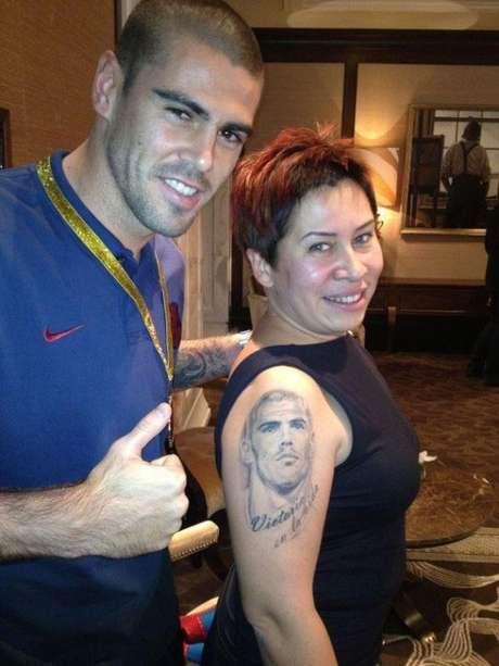 Una fan de Valdés, presume de tatuaje ante su ídolo.