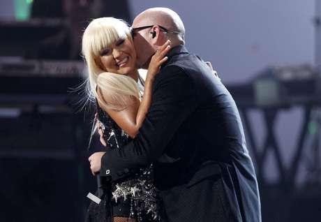 """La conexión que hubo entre Pitbull y Christina Aguilera sobre el escenario de los American Music Awards 2012 fue tal, que el rapero aprovechó esa química para estamparle un beso y sentir bien cerca las voluptuosas curvas de la diva. Durante el show, donde Xtina interpretó un popurrí de material de su nuevo disco """"Lotus"""", """"Mr. Worldwide"""" se divirtió con Aguilera a más no poder. Miren las imágenes más impactantes del dúo mágico a continuación."""