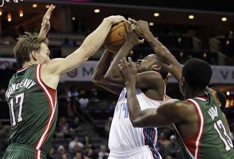 Los Bucks frenaron su racha de tres victorias ante unos Bobcats agresivos en los instantes finales.