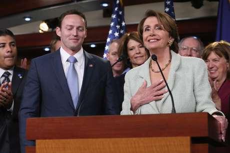 El representante Mike Murphy, de Florida, celebra junto a su par demócrata, Nancy Pelosi.
