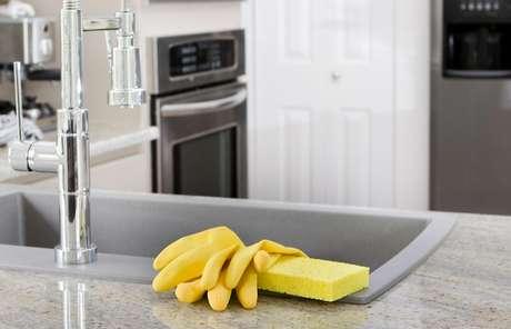 Existem 10 milhões de bactérias por metro quadrado na esponja de cozinha