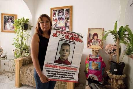 Marisela Escobedo sosteniendo un cartel con la foto de Sergio Barraza, presunto asesino de su hija, el 14 de octubre del 2010.