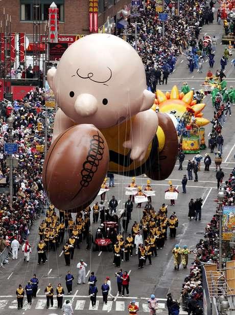 """El tradicional Desfile de Macy's, al que asisten más de tres millones de espectadores y es seguido por 50 millones de telespectadores, incluye globos gigantes con los personajes de Elf on a Shelf, Papa Pitufo, Hello Kitty, Buzz Lightyear, Mickey Mouse y el Pillsbury Doughboy. Más tarde se aprestaban a cantar Carly Rae Jepsen y Rachel Crow de """"The X Factor""""."""