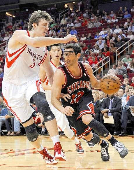 Bulls vs. Rockets: Kirk Hinrich (12) intenta driblar a Omer Asik (3) ante la mirada de Jeremy Lin.