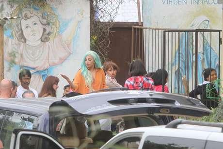 """La cantante neoyorquina decidió pasar el Día de Acción de Gracias en compañía de su padre, Joseph Germanotta, en la casa que alquiló en el distrito de San Isidro. Aproximadamente, a las 3 de la tarde, sus fanáticos -los """"Little Monsters""""- que aguardaban desde muy tempranas horas en las afueras de la vivienda, se sorprendieron al verla salir en una camioneta color blanco, seguida de otro vehículo en el que iba su equipo de seguridad. Terra Perú siguió la pista de la intérprete de """"Bad Romance"""" hasta llegar al distrito de Lurín, donde realizó una visita al Hogar de Acogida Caritas Felices """"Niño Jesús de Praga"""", que alberga a niñas entre 2 y 13 años de edad, víctimas de violencia sexual. En el albergue habló y cantó con los menores."""