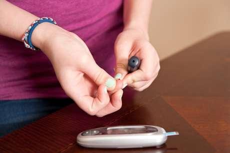 El ejercicio es parte fundamental del tratamiento de la diabetes: aumenta la sensibilidad a la insulina, por lo tanto mejora los niveles de glucosa. También disminuye los factores de riesgo cardiovascular, ayuda a mantener un peso saludable, mejora la concentración y también el estado de ánimo. El tipo, la intensidad y frecuencia del ejercicio varía en cada persona. A continuación, enlistamos diez consejos prácticos, recomendados por Marisol Reyes Abonce, Nutrióloga y Educadora de Diabetes, afiliada a la Federación Mexicana de Diabetes: