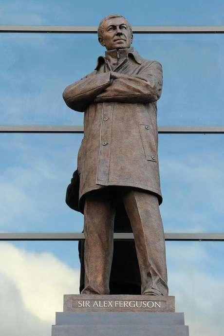 Así luce la estatua de 2.74 metros; está hecha de bronce.