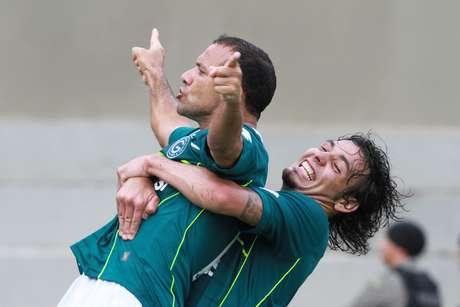 Iarley comemora gol do título do Goiás no Serra Dourada