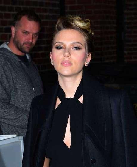 Scarlett Johansson llevó un escote menos pronunciado de los que solía usar.