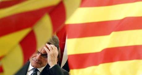 Artur Mas, rodeado de banderas.