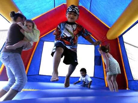 En esta foto del 11 de septiembre del 2005 un grupo de niños juega en un castillo inflable en Vidor, Texas. Un estudio a nivel nacional difundido el 26 de noviembre del 2012 halló que esos juegos pueden ser peligrosos y que aumenta el número de niños heridos en ellos