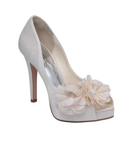 4039e8176 Detalhes em tecido, brilhos e apliques quebram o visual básico do sapato de  noivas