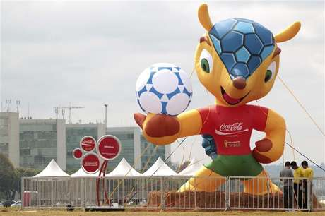 """Boneco da mascote da Copa do Mundo de 2014 é exposto na Esplanada dos Ministérios em Brasília. A mascote oficial da Copa do Mundo de 2014 no Brasil vai se chamar """"Fuleco"""", uma palavra que os organizadores afirmam transmitir uma mensagem de consciência ambiental. 24/09/2012"""