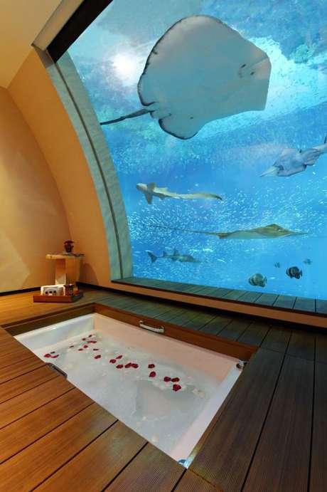 Sentosa Resort, Cingapura: o Sentosa Resort de Cingapura inaugurou 11 Suítes Oceano, com uma janela que dá diretamente para o aquário, no qual os hóspedes podem avistar animais como tubarões, arraias e outras 70 espécies marinhas. Modernas e confortáveis, as suítes garantem uma experiência única por diárias de cerca de R$ 4 mil