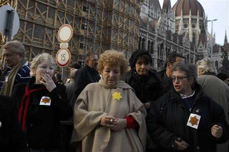 Hungarians protest outside a parliament building against anti-semitic remarks by a far-right politician in Budapest November 27, 2012.