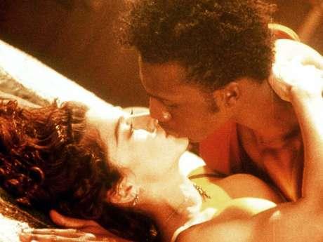 """""""Like A Prayer"""" - Madonna. Tremendo escándalo se armó por la difusión de este clip, en el cual """"La Reina del Pop"""" aparece quemando cruces y viviendo momentos de pasión con un santo de origen africano en el interior de una iglesia."""