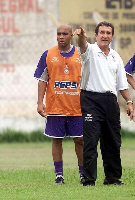 Carlos Alberto Parreira, ao lado do zagueiro Batata, comanda treino do Corinthians na temporada de 2002