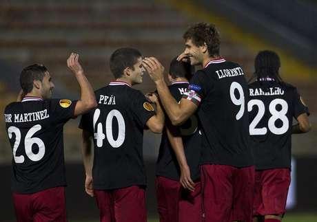 Llorente celebra con sus compañeros del Athletic su gol ante el Hapoel Tel Aviv en Europa League