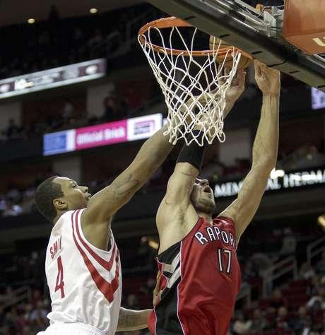 Greg Smith (4), de los Rockets de Houston, recibe falta de Jonas Valanciunas (17), de los Raptores de Toronto, en la primera mitad del partido en Houston, el martes 27 de noviembre de 2012. Los Rockets ganaron 117-101 a los Raptors.