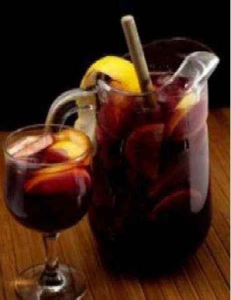 Caipirinha de laranja, maçã, abacaxi e uva Itália com vinho tinto