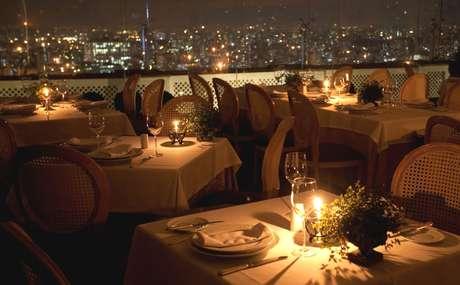 Localizado no 41º andar do edifício Itália, o restaurante reúne charme, sofisticação e boa comida